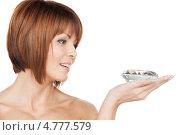 Купить «Красивая брюнетка с каре держит в руке большой бриллиант», фото № 4777579, снято 26 декабря 2009 г. (c) Syda Productions / Фотобанк Лори