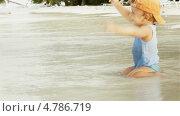 Купить «Довольный мальчик на песчаном пляже», видеоролик № 4786719, снято 23 июня 2013 г. (c) Сергей Новиков / Фотобанк Лори