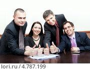 Команда успешных бизнесменов показывают большие пальцы рук вверх. Стоковое фото, фотограф Максим Блинков / Фотобанк Лори