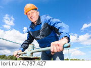 Купить «Рабочий в каске на заводе», фото № 4787427, снято 17 июня 2013 г. (c) Кекяляйнен Андрей / Фотобанк Лори