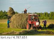 Купить «Уборка сена на трактор», фото № 4787651, снято 8 июля 2012 г. (c) Михаил Трибой / Фотобанк Лори