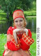 Купить «Девушка в русском народном костюме у реки», фото № 4790999, снято 23 июня 2013 г. (c) ElenArt / Фотобанк Лори