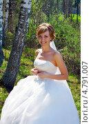 Купить «Молодая невеста в день свадьбы на природе», фото № 4791007, снято 10 мая 2013 г. (c) ElenArt / Фотобанк Лори
