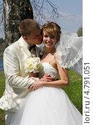 Купить «Жених целует невесту», фото № 4791051, снято 10 мая 2013 г. (c) ElenArt / Фотобанк Лори