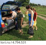 Купить «Гости с подарками приехали в деревню», фото № 4794531, снято 12 августа 2012 г. (c) Анатолий Матвейчук / Фотобанк Лори