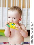 Купить «Девятимесячный малыш грызет погремушку», фото № 4796407, снято 27 июня 2013 г. (c) ivolodina / Фотобанк Лори
