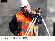 Геодезист разговаривает по телефону. Стоковое фото, фотограф Phovoir Images / Фотобанк Лори
