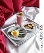 Купить «Романтический завтрак в постель на подносе», фото № 4806155, снято 21 октября 2018 г. (c) Food And Drink Photos / Фотобанк Лори