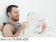 Привлекательный мужчина читает газету. Стоковое фото, агентство Wavebreak Media / Фотобанк Лори
