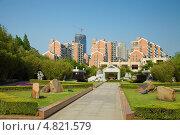 Купить «Строительство нового жилого района рядом с парком в Шанхае», фото № 4821579, снято 28 апреля 2013 г. (c) Юрий Александрович Балдин / Фотобанк Лори