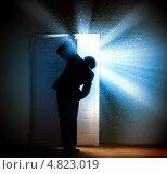 Купить «Бизнесмен, открывающий дверь, из-за которой льется яркий свет», фото № 4823019, снято 16 января 2013 г. (c) Sergey Nivens / Фотобанк Лори