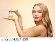Купить «Девушка с витаминами во флаконе», фото № 4824259, снято 8 декабря 2012 г. (c) Syda Productions / Фотобанк Лори