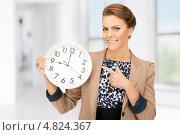 Купить «Молодая женщина с белыми настенными часами», фото № 4824367, снято 12 марта 2011 г. (c) Syda Productions / Фотобанк Лори