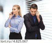 Купить «Мужчина и женщина в офисе ведут переговоры по мобильному телефону», фото № 4825067, снято 17 ноября 2012 г. (c) Syda Productions / Фотобанк Лори