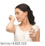 Купить «Красивая девушка наносит на кожу любимый аромат», фото № 4825123, снято 2 марта 2013 г. (c) Syda Productions / Фотобанк Лори