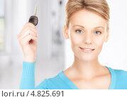Купить «Счастливая молодая женщина с ключом от машины», фото № 4825691, снято 12 декабря 2009 г. (c) Syda Productions / Фотобанк Лори