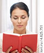 Купить «Счастливая молодая женщина читает увлекательную книгу», фото № 4825751, снято 19 ноября 2017 г. (c) Syda Productions / Фотобанк Лори