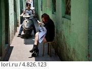 Купить «Девушка вышивает на узкой улице в городе Шанхае, Китай», фото № 4826123, снято 12 мая 2013 г. (c) Николай Винокуров / Фотобанк Лори