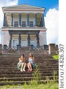 Купить «Молодые женщины сидят на гранитных ступенях лестницы царского дворца Бельведер», фото № 4826307, снято 5 августа 2012 г. (c) Сергей Дубров / Фотобанк Лори