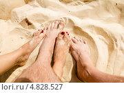 Мужские и женские ноги в песке на пляже. Стоковое фото, фотограф Антон Куделин / Фотобанк Лори