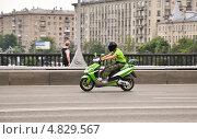 Купить «Скутер мчится по дороге», эксклюзивное фото № 4829567, снято 30 июня 2013 г. (c) Алёшина Оксана / Фотобанк Лори