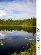Купить «Летний пейзаж с маленьким озером в северной Карелии», эксклюзивное фото № 4830351, снято 6 июля 2013 г. (c) Наталья Осипова / Фотобанк Лори