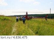 Купить «Красный вертолет сел на поле (RA-04277, Robinson R-44)», эксклюзивное фото № 4836475, снято 29 июня 2013 г. (c) Щеголева Ольга / Фотобанк Лори