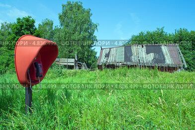 Таксофон в заброшенной деревне. Стоковое фото, фотограф Александр Басов / Фотобанк Лори