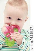 Купить «Портрет ребёнка с игрушкой для прорезания зубов», фото № 4838671, снято 1 июля 2013 г. (c) Nikolay Kostochka / Фотобанк Лори