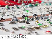 Купить «Кольца на витрине ювелирного магазина», фото № 4839635, снято 15 сентября 2012 г. (c) Яков Филимонов / Фотобанк Лори