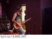 Купить «Гитарист Сергей Маврин», эксклюзивное фото № 4845347, снято 4 июля 2013 г. (c) Иван Карпов / Фотобанк Лори