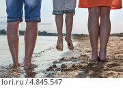 Купить «Три пары ног идут по берегу», фото № 4845547, снято 11 июля 2013 г. (c) Юрий Викулин / Фотобанк Лори