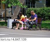 Купить «Люди отдыхают в парке Сокольники, Москва», эксклюзивное фото № 4847139, снято 5 июля 2013 г. (c) lana1501 / Фотобанк Лори