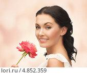 Купить «Красивая молодая женщина с красным цветком», фото № 4852359, снято 2 марта 2013 г. (c) Syda Productions / Фотобанк Лори