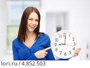 Купить «Молодая женщина с круглыми белыми часами», фото № 4852503, снято 10 июля 2020 г. (c) Syda Productions / Фотобанк Лори