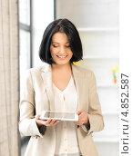 Купить «Молодая брюнетка с длинным каре с тонким планшетным компьютером», фото № 4852587, снято 7 апреля 2012 г. (c) Syda Productions / Фотобанк Лори