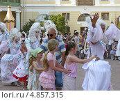 На конкурсе флористов. Танец с мимами (2013 год). Редакционное фото, фотограф Людмила Жмурина / Фотобанк Лори