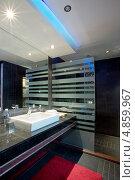 Купить «Интерьер современной ванной комнаты», фото № 4859967, снято 1 декабря 2009 г. (c) Дмитрий Эрслер / Фотобанк Лори