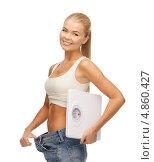 Купить «Стройная девушка с широкими джинсами показывает, как сильно она похудела», фото № 4860427, снято 23 марта 2013 г. (c) Syda Productions / Фотобанк Лори