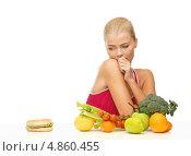 Купить «Стройная девушка предпочитает здоровую еду гамбургеру на завтрак», фото № 4860455, снято 23 марта 2013 г. (c) Syda Productions / Фотобанк Лори