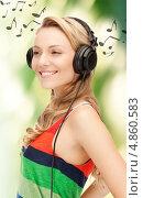 Купить «Счастливая девушка наслаждается музыкой, звучащей из наушников», фото № 4860583, снято 18 августа 2019 г. (c) Syda Productions / Фотобанк Лори