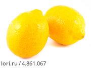 Купить «Два спелые лимона, изолированно на белом фоне», фото № 4861067, снято 12 мая 2013 г. (c) Литвяк Игорь / Фотобанк Лори