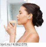 Купить «Девушка с увлажняющим мылом в ванной комнате», фото № 4862079, снято 6 января 2013 г. (c) Syda Productions / Фотобанк Лори