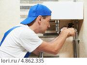 Купить «Сантехник меняет трубы», фото № 4862335, снято 25 июня 2013 г. (c) Дмитрий Калиновский / Фотобанк Лори