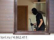 Купить «Вор-домушник в чужой квартире», фото № 4862411, снято 20 июня 2013 г. (c) Дмитрий Калиновский / Фотобанк Лори