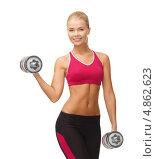Купить «Спортивная девушка тренируется с металлическими гантелями», фото № 4862623, снято 23 марта 2013 г. (c) Syda Productions / Фотобанк Лори
