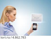 Купить «Счастливая девушка с иконкой электронного письма на сером фоне», фото № 4862783, снято 17 ноября 2012 г. (c) Syda Productions / Фотобанк Лори