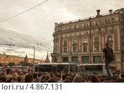 Парень стоит над толпой, на народном сходе в поддержку Навального в Москве на Тверской улице 18 июля 2013. Редакционное фото, фотограф Елена Морозова / Фотобанк Лори