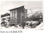 Купить «Женщина в горе у разрушенного дома (1988 год)», эксклюзивное фото № 4868575, снято 16 октября 2018 г. (c) Emelinna / Фотобанк Лори