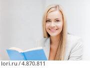Счастливая молодая женщина с книгой. Стоковое фото, фотограф Syda Productions / Фотобанк Лори